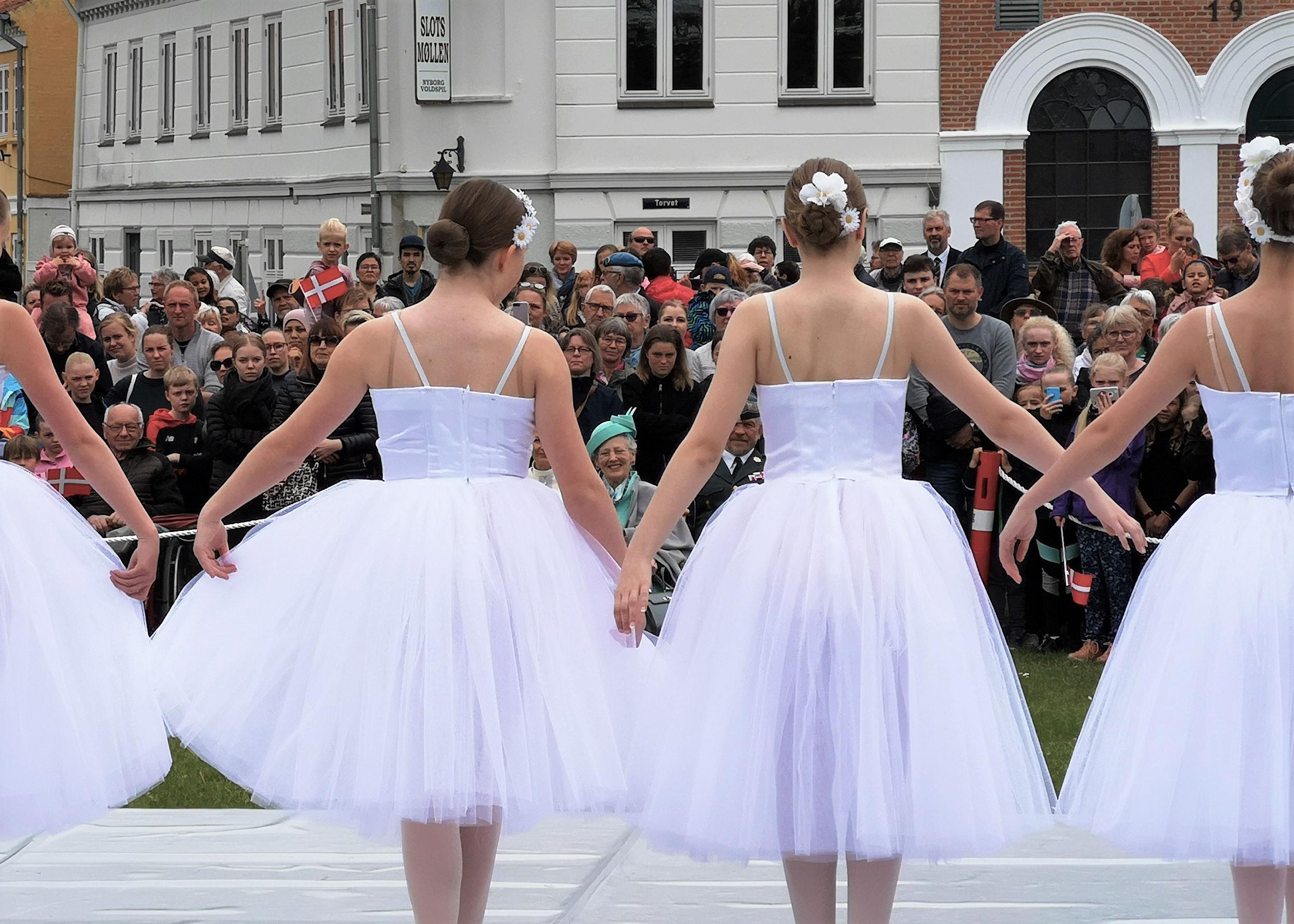 Dronningen overværer Village Ballet Nyborgs opvisning.