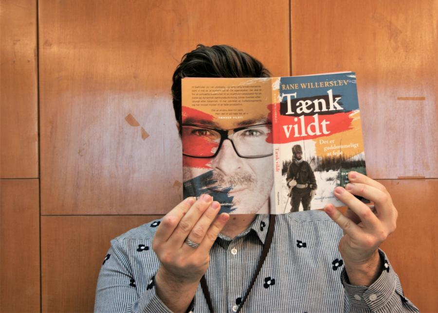 """Mathias med bogen """"Tænk vildt"""""""